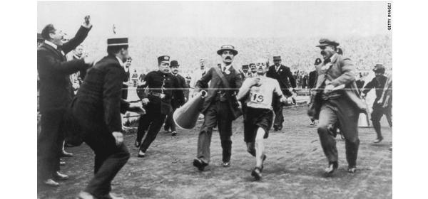dorando pietri llegando a la meta en las olimpiadas de londres 1908