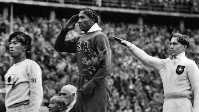 jesse Owens en la ceremonia de premiación en las olimpiadas Nazis 1936
