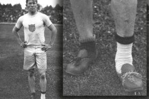jim thorpe posando con dos zapatos que encontró en la basura