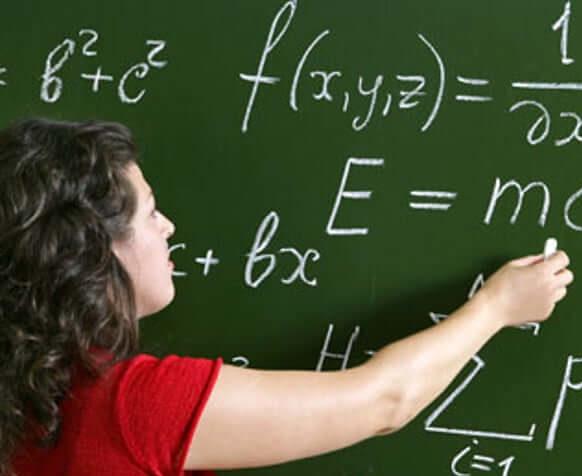 mujer resolviendo ejercicio matematico
