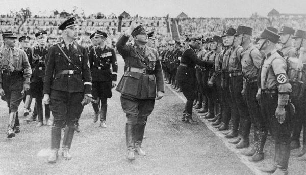 Heinrich Himmler revisa a los soldados alemanes