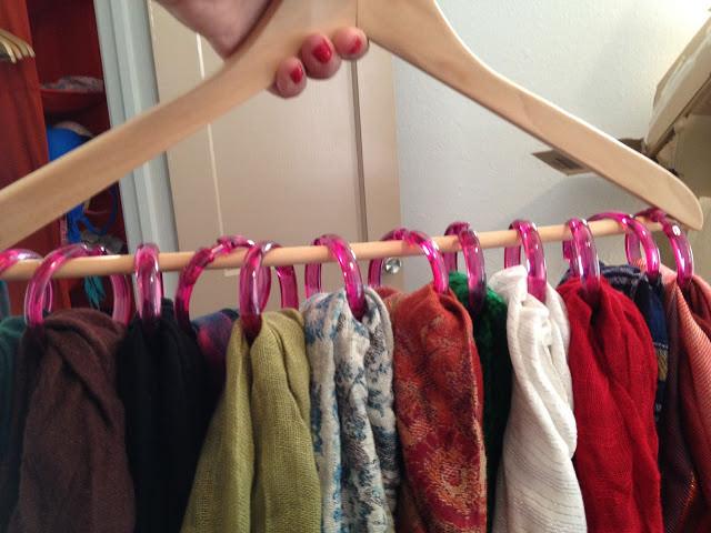 Use una percha y anillos de cortina para organizar bufandas