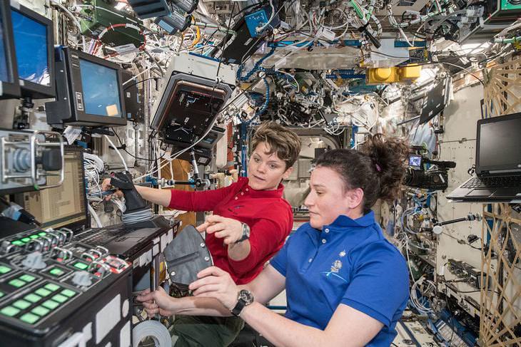Estos dos astronautas, Anne McClain y Serena Auñón-Chancellor trabajan a bordo de la estación.