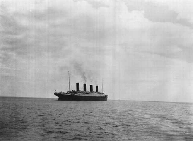 """Las últimas fotos tomadas del Titanic sobre el agua, 1912. El RMS Titanic, un buque de pasajeros británico, se hundió en el Océano Atlántico Norte el 15 de abril de 1912. El Titanic, el barco más grande en ese momento, considerado un """"barco insumergible"""", se hundió después de chocar con un iceberg. El hundimiento del Titanic fue uno de los desastres marítimos más mortales en la historia moderna."""