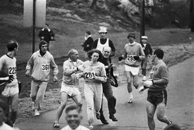 Las autoridades intentan eliminar a Kathrine Switzer del maratón de Boston