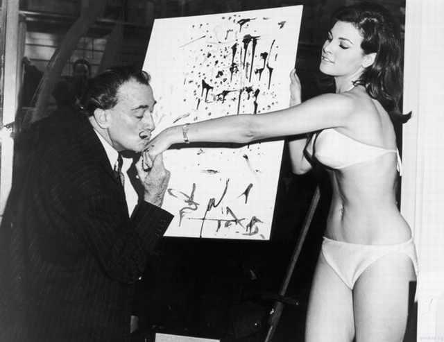 Salvador Dali, después de terminar el retrato de Raquel Welch, 1965