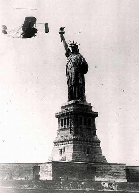 El primer vuelo mecánico sobre la Estatua de la Libertad, 1909.