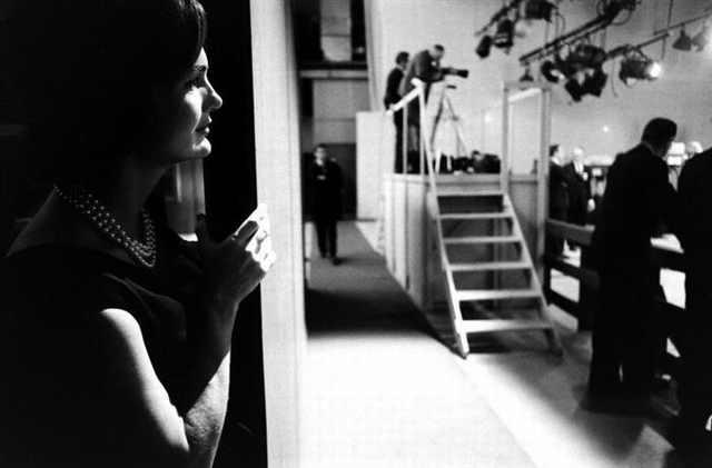 Jackie Kennedy detrás del escenario del debate Kennedy-Nixon, 1960
