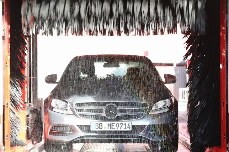 Limpia tu auto en un lavado de autos
